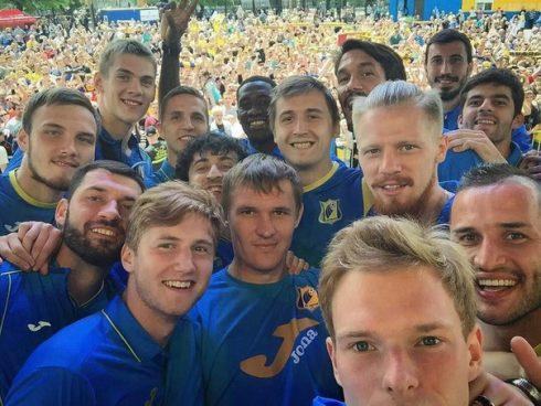 Футболисты и фанаты Ростова