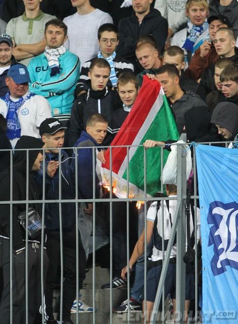 зенитовцы жгут чеченский флаг