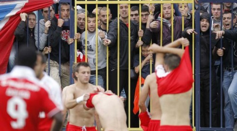 фанаты црвены звезды заставили игроков снять футболки