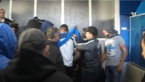 фанат левски снимает форму с тренера