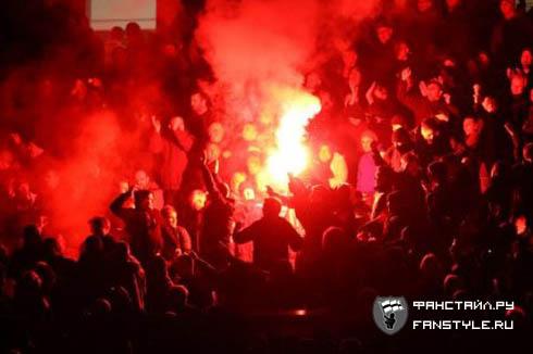 Фаер на матче в Манчестере