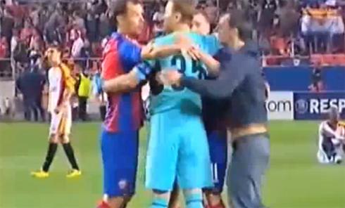 Фанат ЦСКА на поле в Севилье