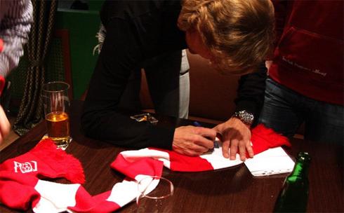 Карпин подписывает розу Спартака на встрече с фанатами