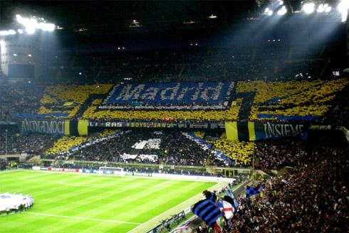 Перфоманс на матче Интер - Барселона