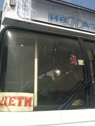 Автобус с фанатами забросали камнями во Владикавказе