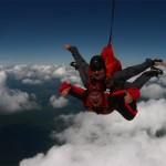 Иван Катанаев прыгает с парашютом