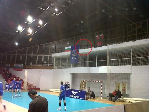Флаг Греции отсутствует после того, как его захватил один из фанатов Левски