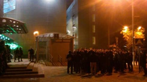 фанаты ЦСКА поддерживают команду за пределами стадиона