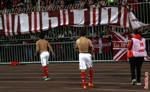игроки Спартака сняли и отдали свои футболки фанатам