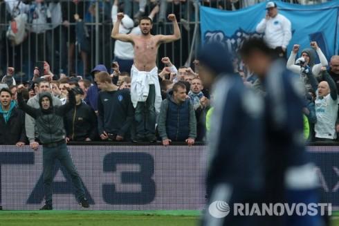 фанаты Зенита прорвались на поле